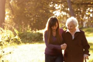 Manovra: aiuti per i caregiver, le persone che assistono un familiare malato